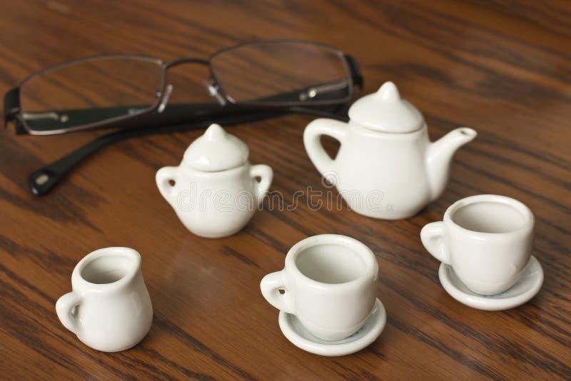 Tazas de café y de vidrios foto de archivo