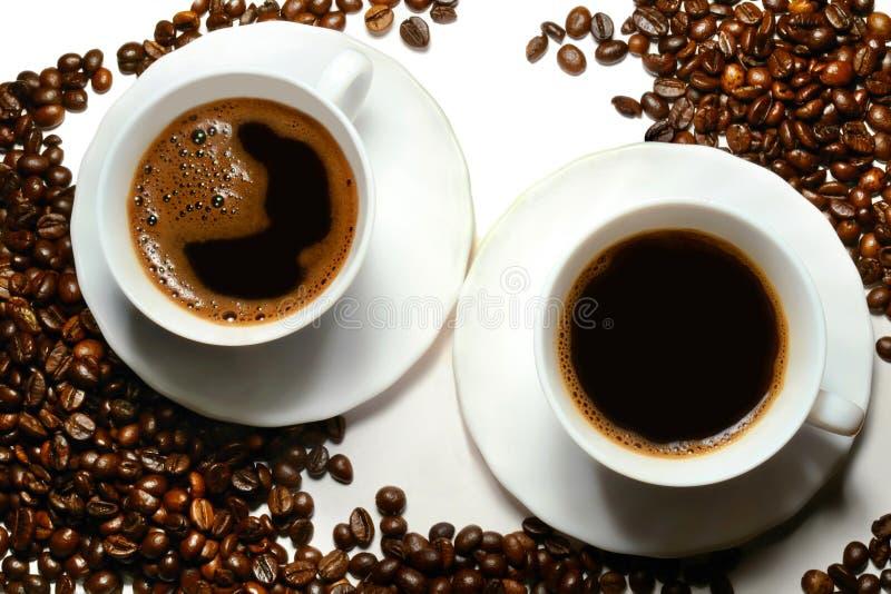 Tazas de café y granos de café imagen de archivo