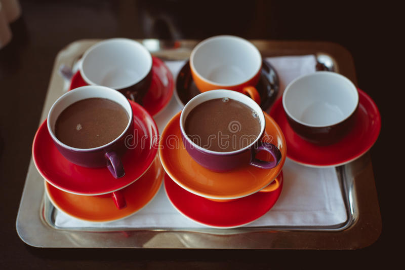 Tazas de chocolate sabroso imagen de archivo