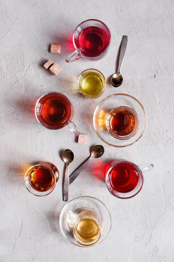 Tazas de cristal con los diversos tipos de té imágenes de archivo libres de regalías