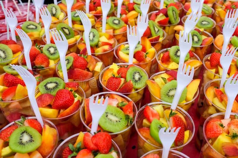 Tazas de la ensalada de fruta fresca imagen de archivo