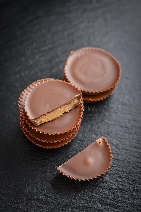 Tazas de la mantequilla de cacahuete imagenes de archivo