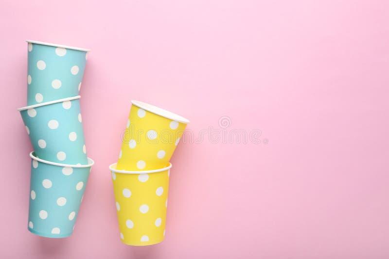 Tazas de papel coloridas fotos de archivo