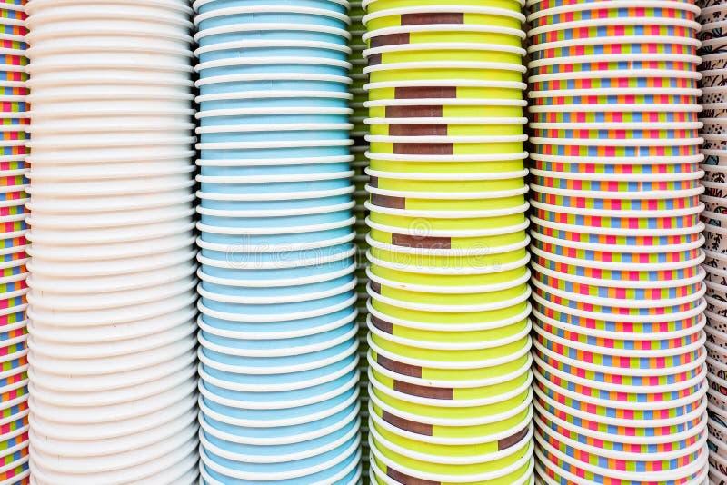 Tazas de papel coloridas textura y fondo fotografía de archivo