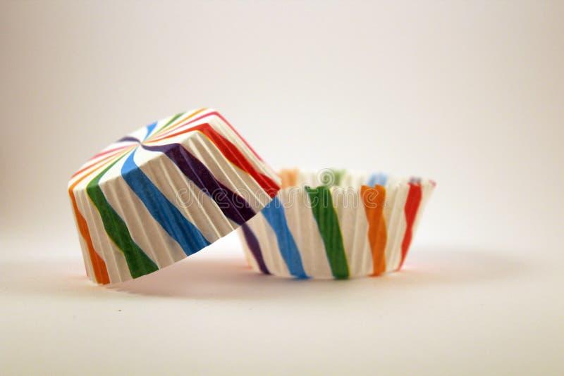 Tazas de papel multicoloras para las magdalenas fotos de archivo libres de regalías