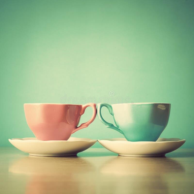 Tazas de té del rosa y de la turquesa fotos de archivo