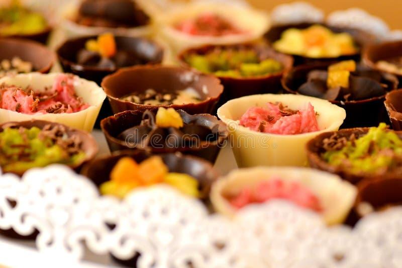 Tazas del chocolate llenadas de crema foto de archivo
