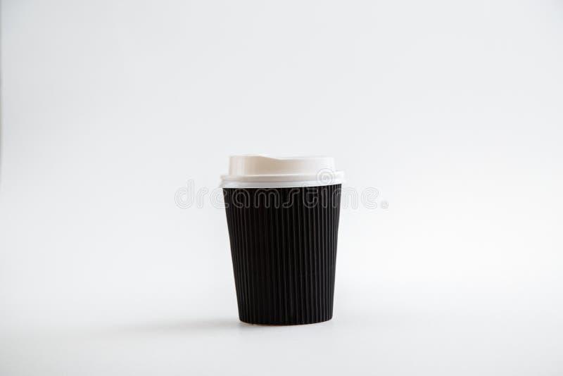 Tazas disponibles de la cartulina aisladas en un fondo blanco Front View foto de archivo libre de regalías