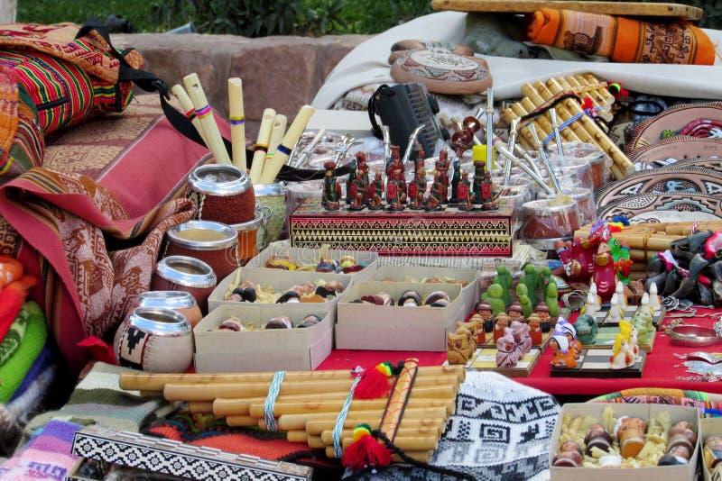 Tazas, flauta y recuerdos mates de Yerba en el mercado suramericano imagen de archivo