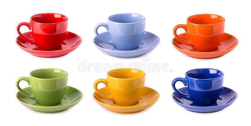 Tazas multicoloras aisladas imagenes de archivo