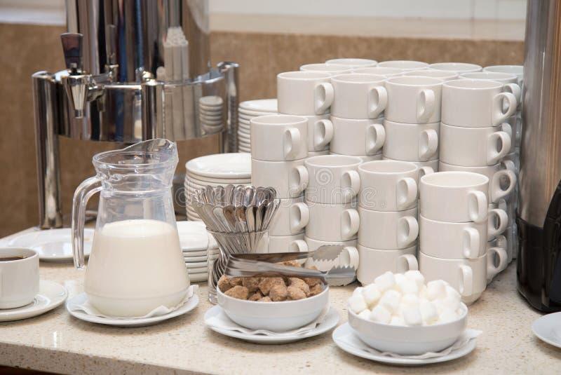 Tazas para el café y el té en el banquete La estación del uno mismo-servicio fotografía de archivo libre de regalías