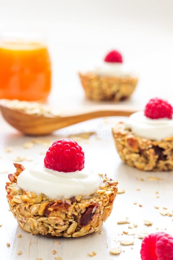 Tazas sanas de la harina de avena del desayuno con las frambuesas imagen de archivo libre de regalías