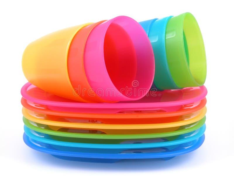 Tazas y placas plásticas imagen de archivo libre de regalías