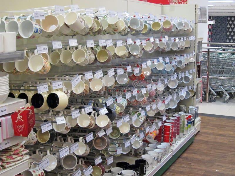Tazas y tazas para la venta en una tienda. imagen de archivo libre de regalías