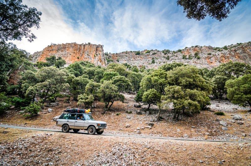 Tazekka, Marruecos - 18 de octubre de 2013 Vintage del coche del camino que entra en camino en parque nacional fotos de archivo
