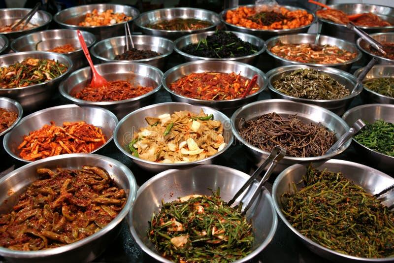 Tazones de fuente de kimchi en un mercado coreano del alimento del traditonal imagen de archivo