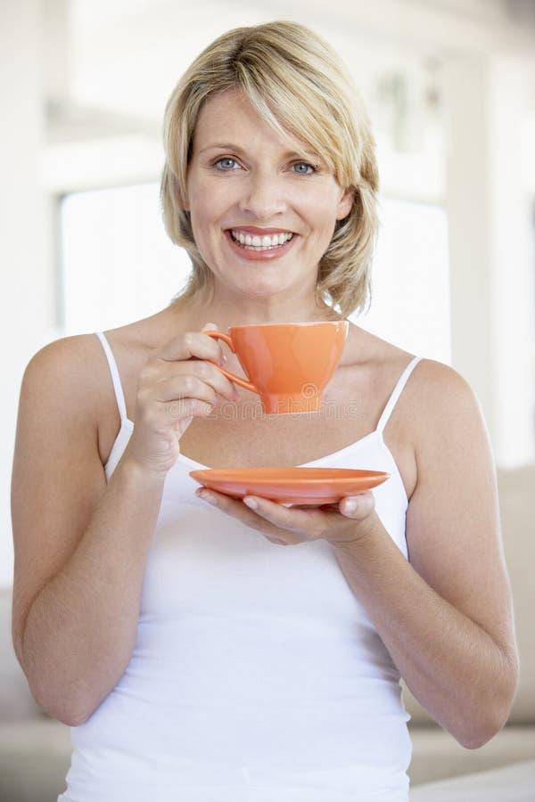 tazza adulta che tiene la metà di donna del tè fotografie stock libere da diritti