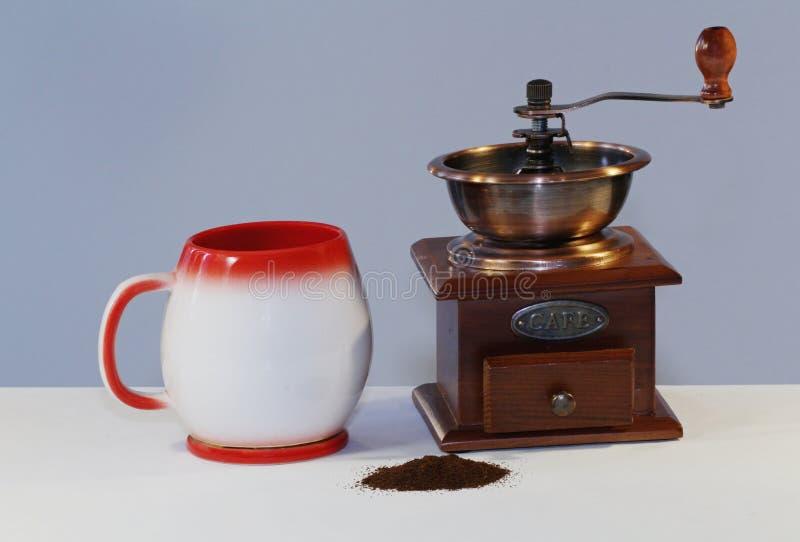 Tazza antica isolata della strega della smerigliatrice della cucina di caffe immagini stock libere da diritti