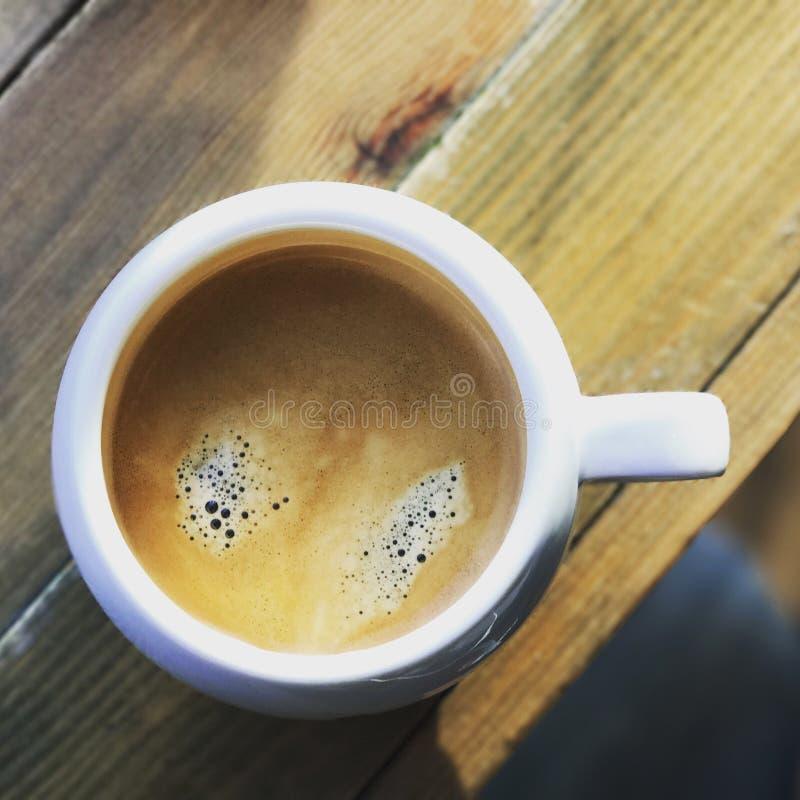 Tazza bianca della cima del caffè nero giù fotografie stock