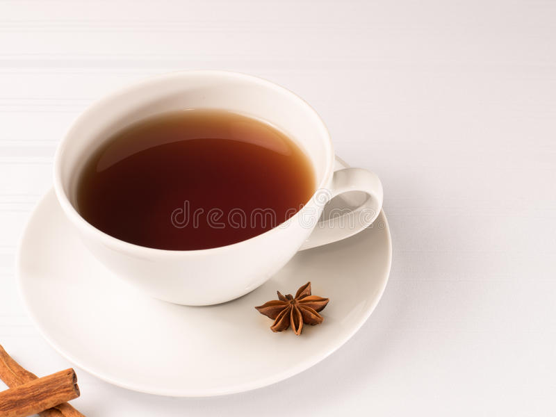 Tazza bianca di tè con la cicoria fotografie stock libere da diritti