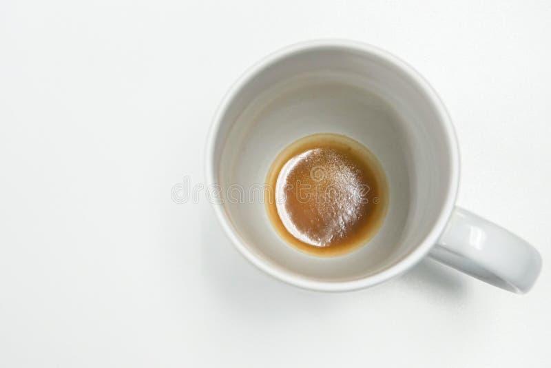Tazza bianca isolata con il residuo del caffè in basso immagine stock libera da diritti