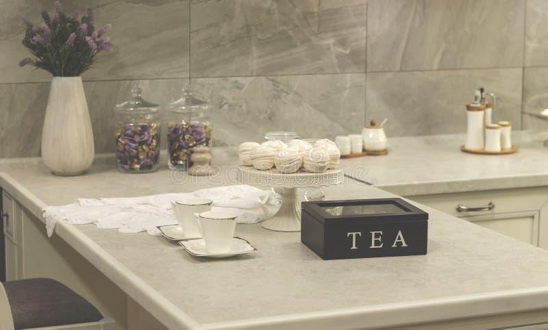 Tazza bianca sul tavolo da cucina immagine stock