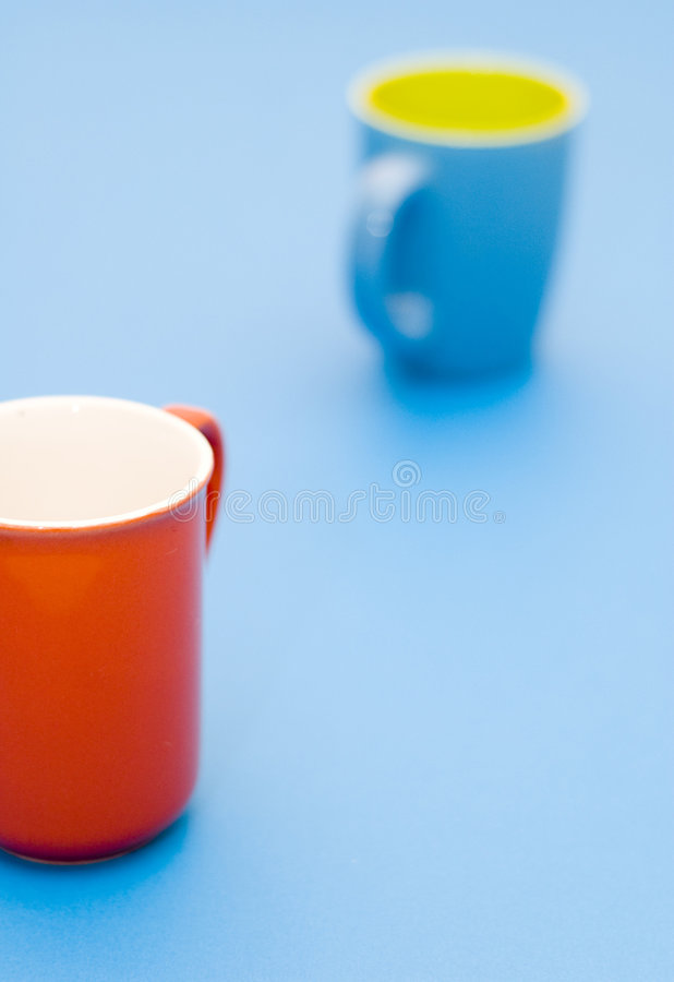 Tazza blu 2 della tazza rossa immagini stock libere da diritti
