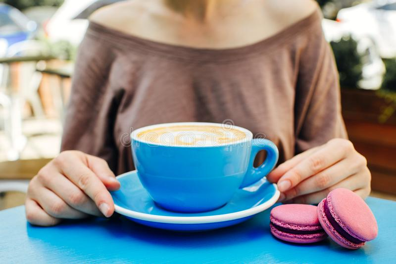 Tazza blu di caff? aromatico su una tavola blu fotografie stock libere da diritti