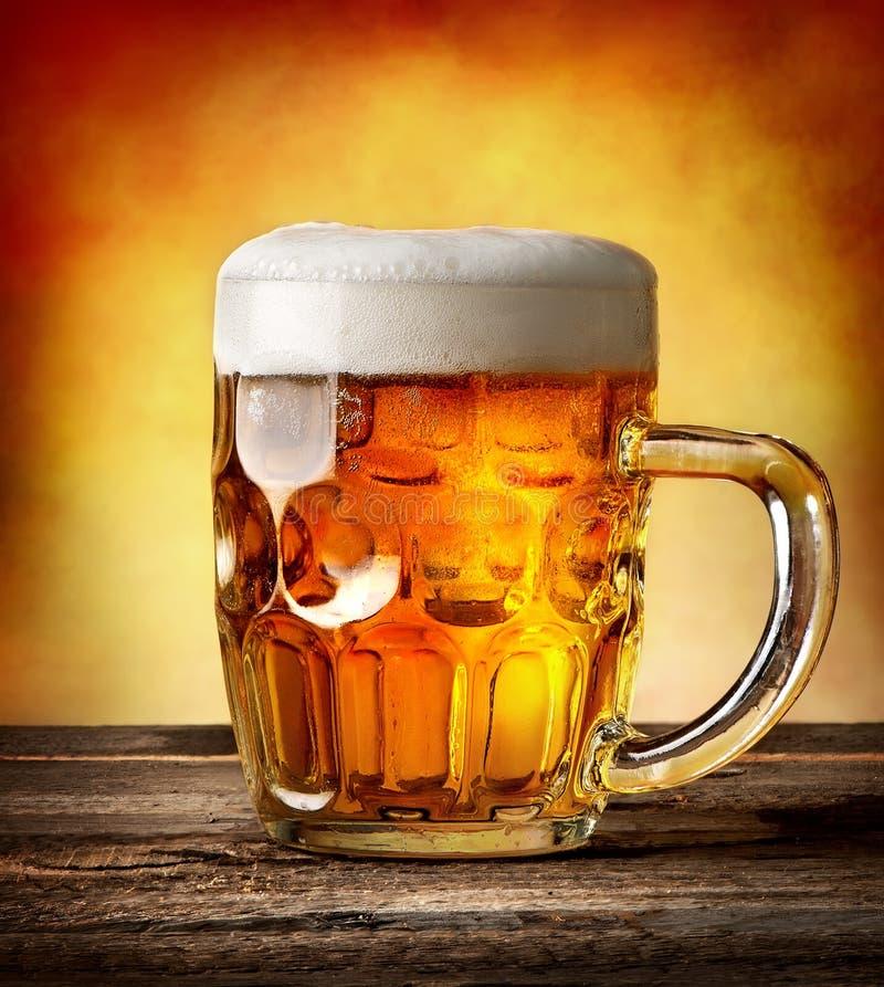 Tazza calcolata di birra fotografie stock libere da diritti