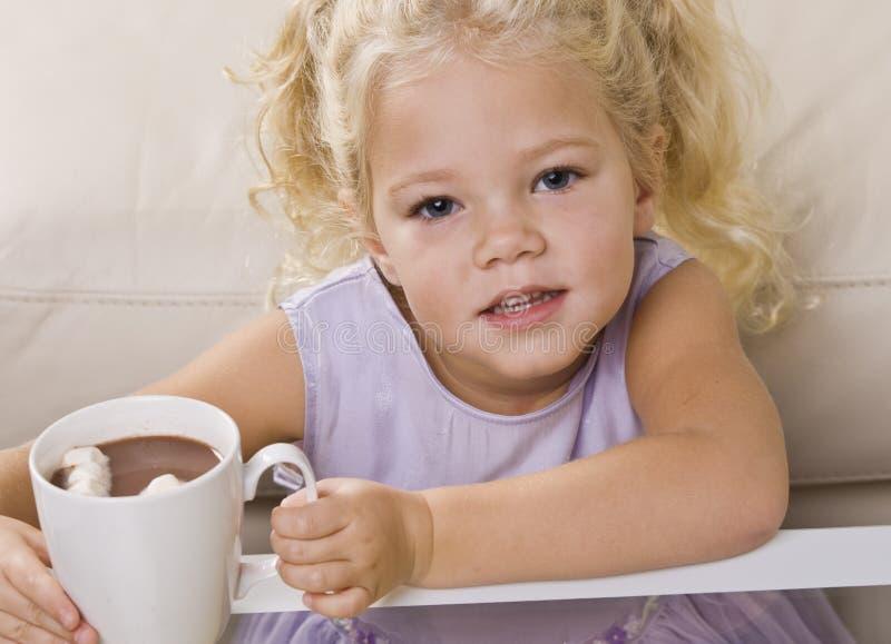 tazza calda bevente della ragazza del cioccolato fuori immagini stock