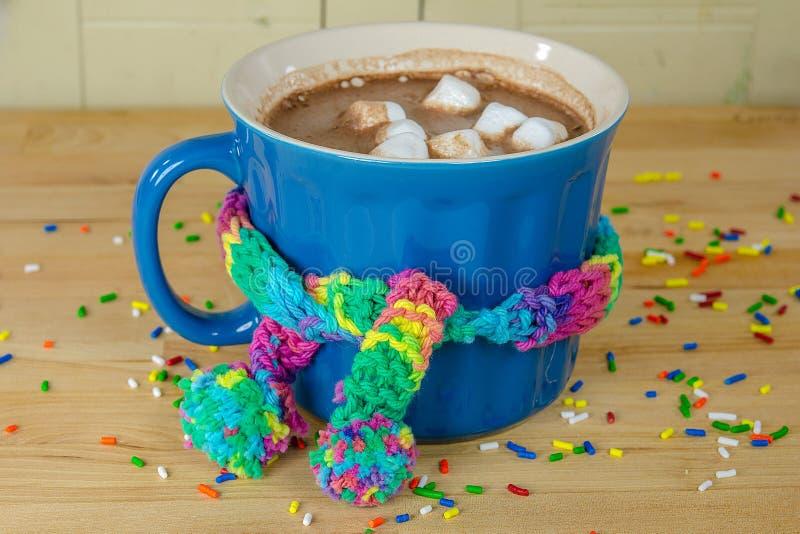 Tazza calda del cacao con la sciarpa immagine stock libera da diritti