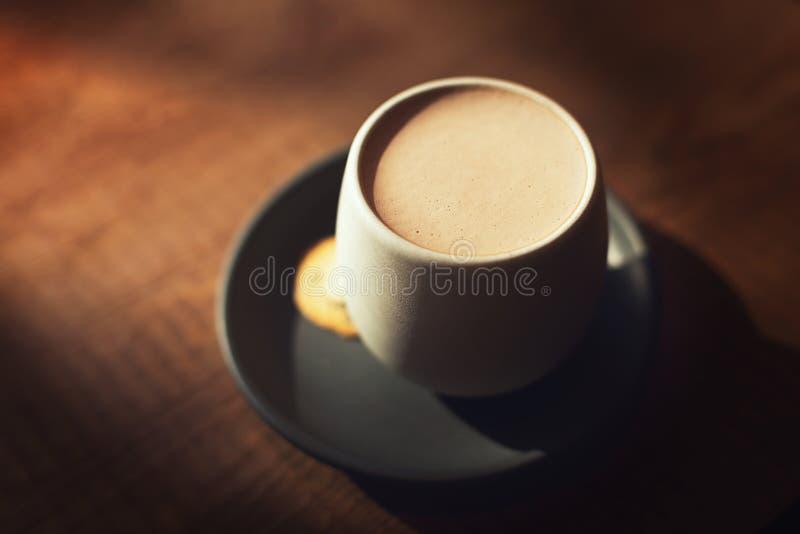 Tazza calda del cioccolato o del cacao su fondo di legno immagini stock