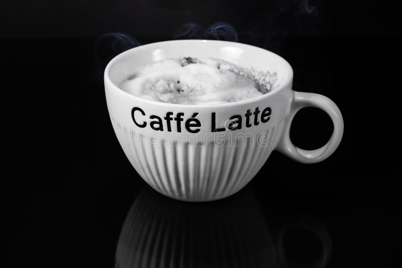 Tazza calda del latte del caff? deliziosa immagine stock libera da diritti