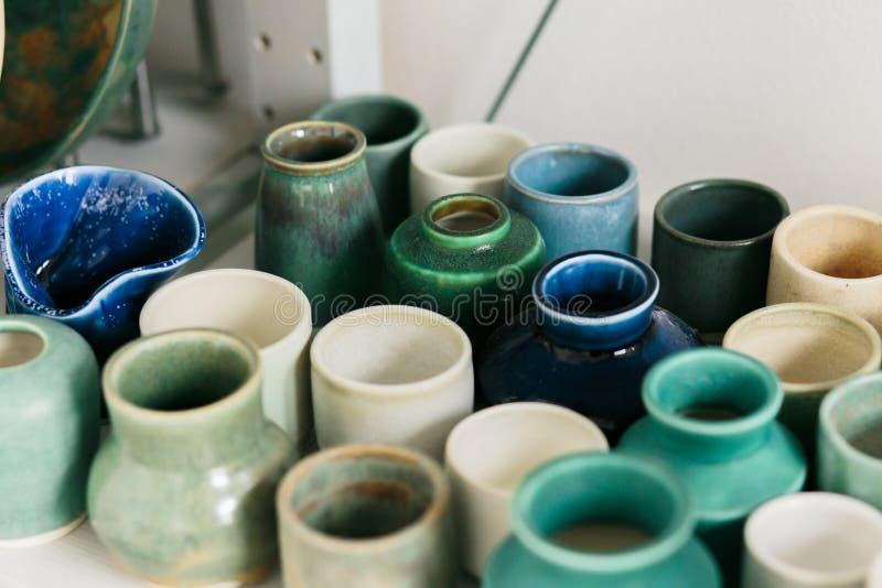 Tazza ceramica fatta su un tornio da vasaio dentro l'officina immagini stock