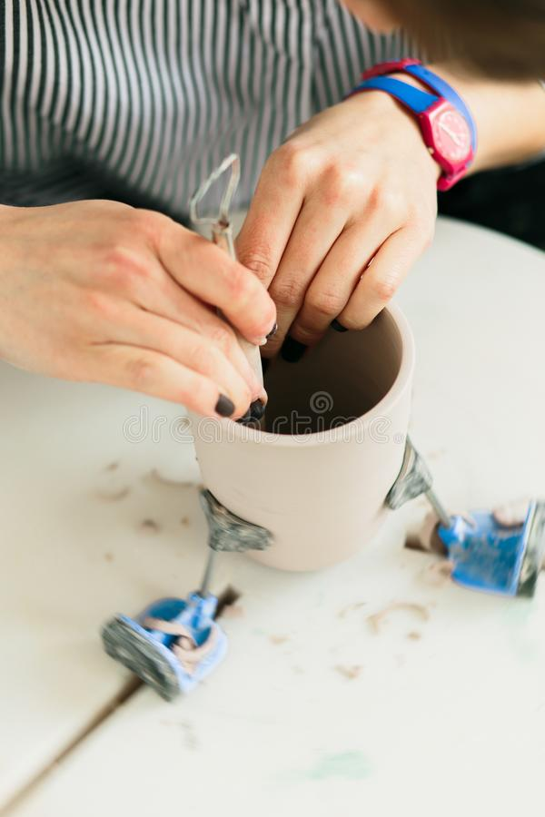 Tazza ceramica fatta su un tornio da vasaio dentro l'officina fotografie stock