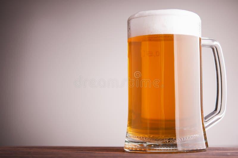Tazza con birra fotografia stock