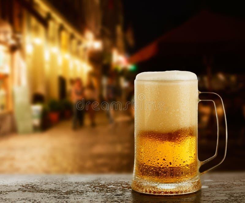 Tazza con birra sulla barra dell'esterno immagine stock