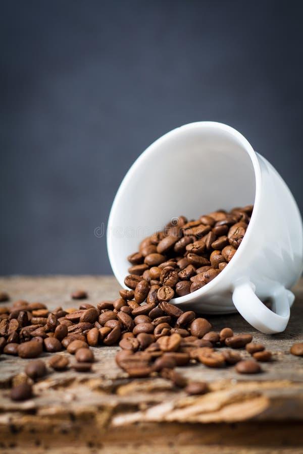 Tazza con i prodotti organici, bio- chicchi di caffè immagini stock