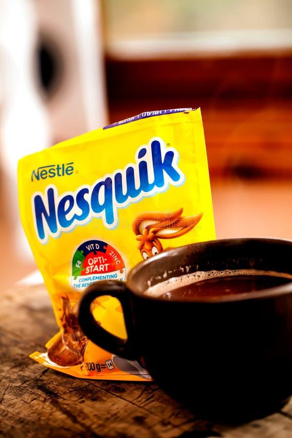 Tazza con il latte al cioccolato di Nesquik immagini stock libere da diritti