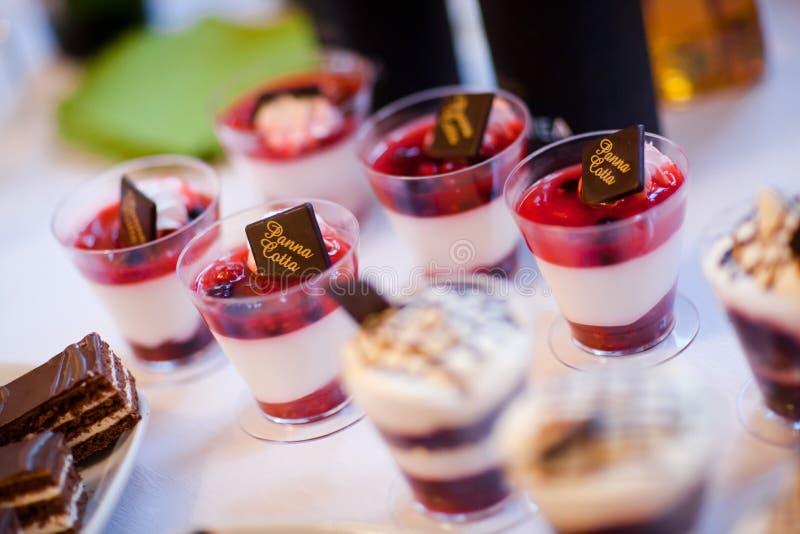 Tazza con la panna cotta - dessert dolce fresco fotografie stock