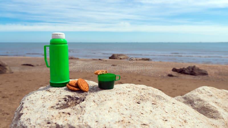 Tazza con tè ed i biscotti, picnic in natura fotografie stock libere da diritti