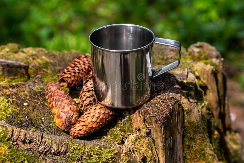 Tazza d'acciaio turistica nella foresta di estate all'aperto immagini stock libere da diritti