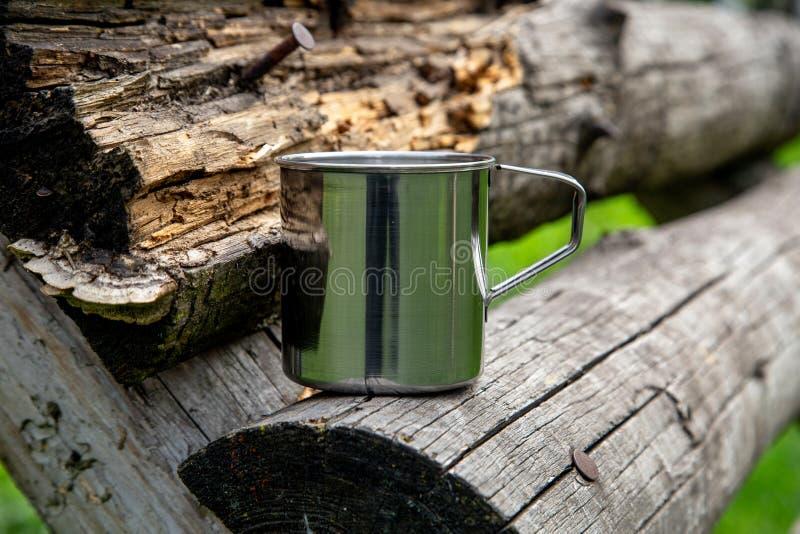 Tazza d'acciaio turistica nella foresta di estate all'aperto immagini stock
