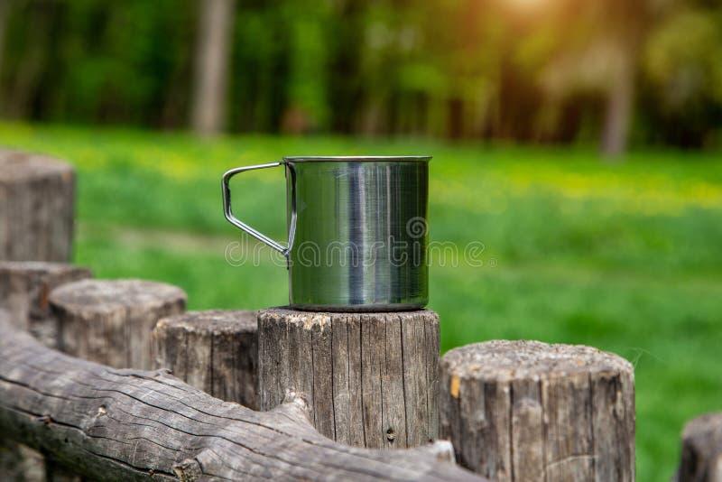 Tazza d'acciaio turistica nella foresta di estate all'aperto fotografia stock