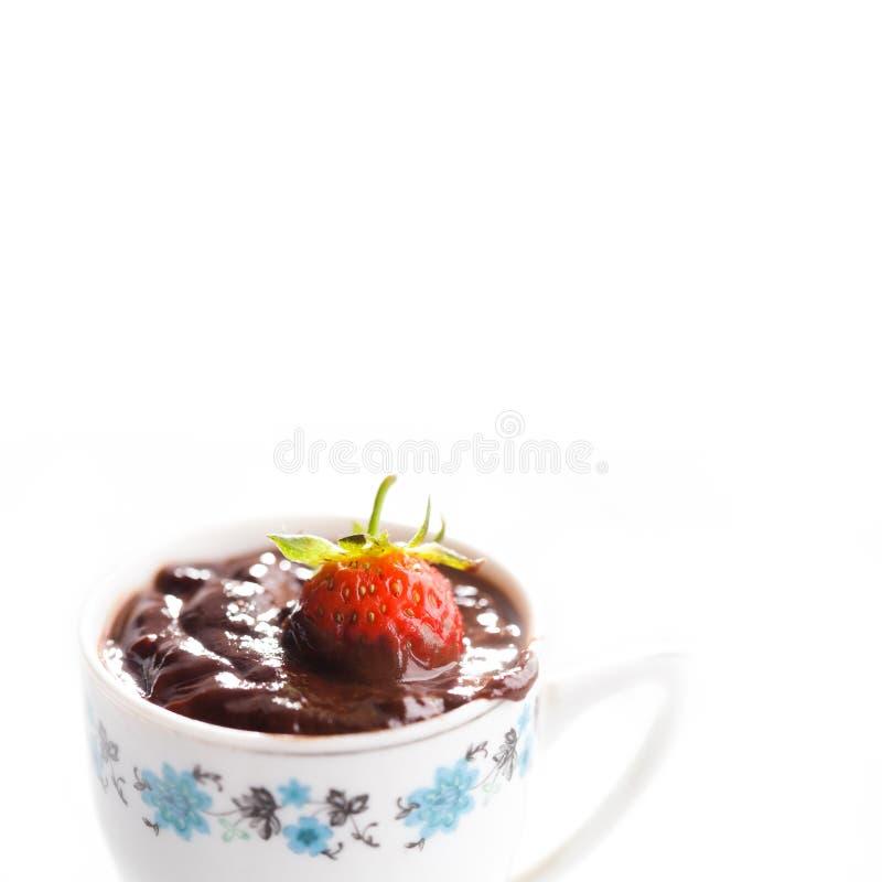 Tazza d'annata di cioccolata calda con la fragola Macro vista, fuoco molle, fondo bianco Copi lo spazio immagine stock