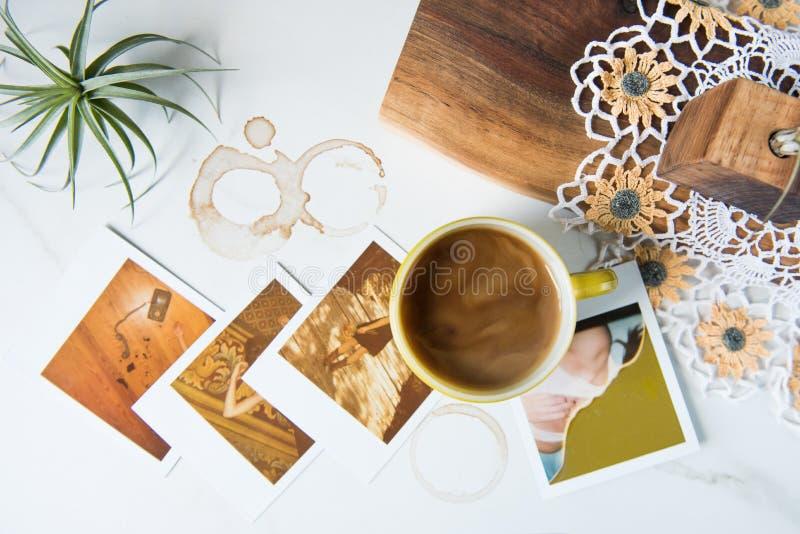 Tazza d'annata di Pyrex con caffè e le polaroid fotografia stock