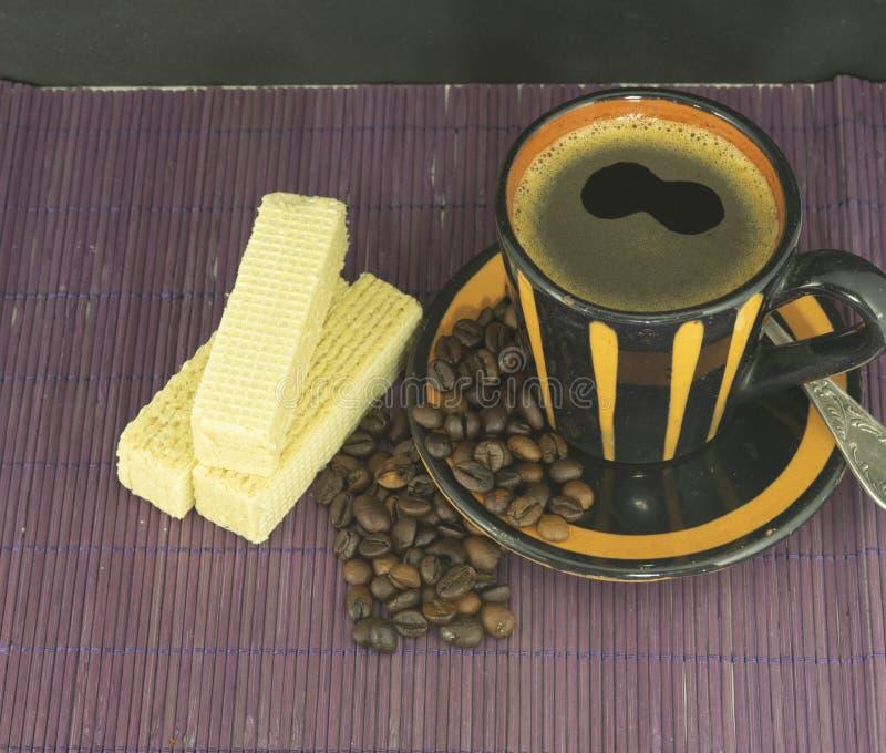 Tazza da caffè con i biscotti ed i chicchi di caffè fotografia stock libera da diritti