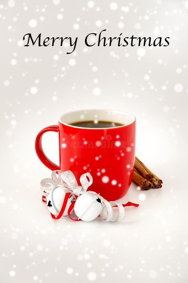 Tazza da caffè di Natale con Jingle Bells, i bastoni di cannella e le precipitazioni nevose fotografie stock