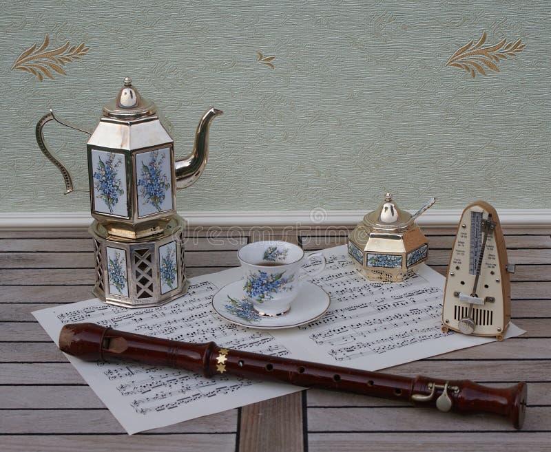 Tazza da the, teiera placcata in argento su uno spoonmetronome d'argento della ciotola di zucchero della stufa e dello zucchero p fotografia stock