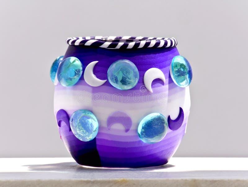 Download Tazza Decorativa Che Si Leva In Piedi Su Una Veranda Immagine Stock - Immagine di luna, gemma: 7321023